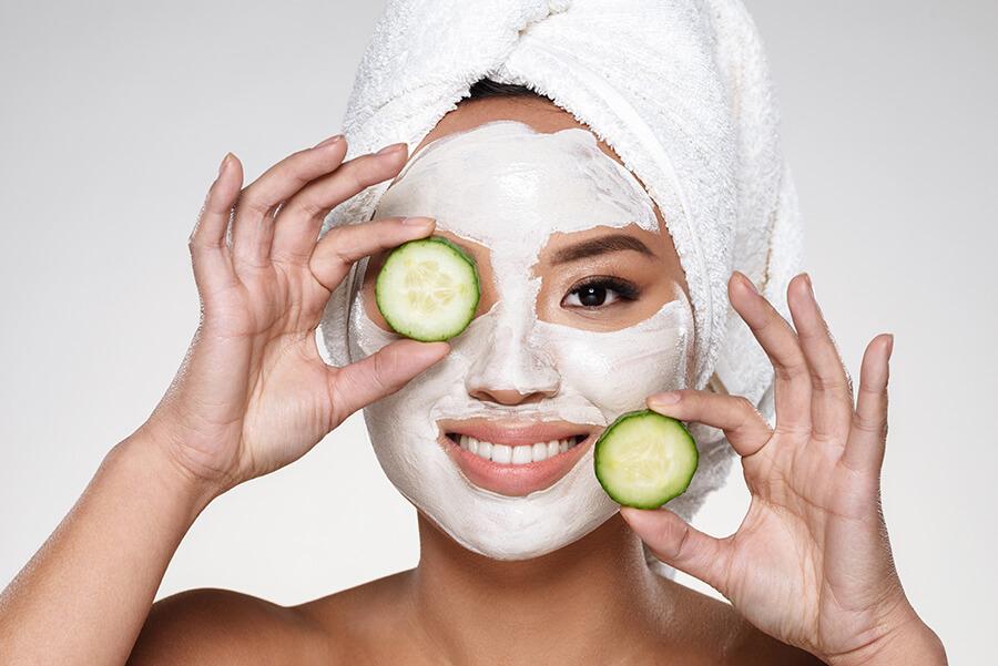 Đắp mặt nạ cho da mặt cũng là một cách giữ ẩm tốt cho làn da