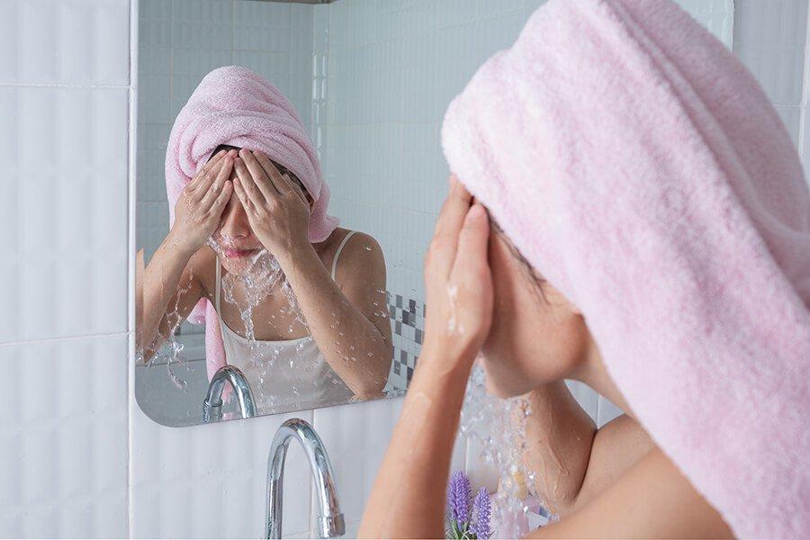 Rửa mặt mỗi ngày là một cách cấp nước và giữ ẩm cho da