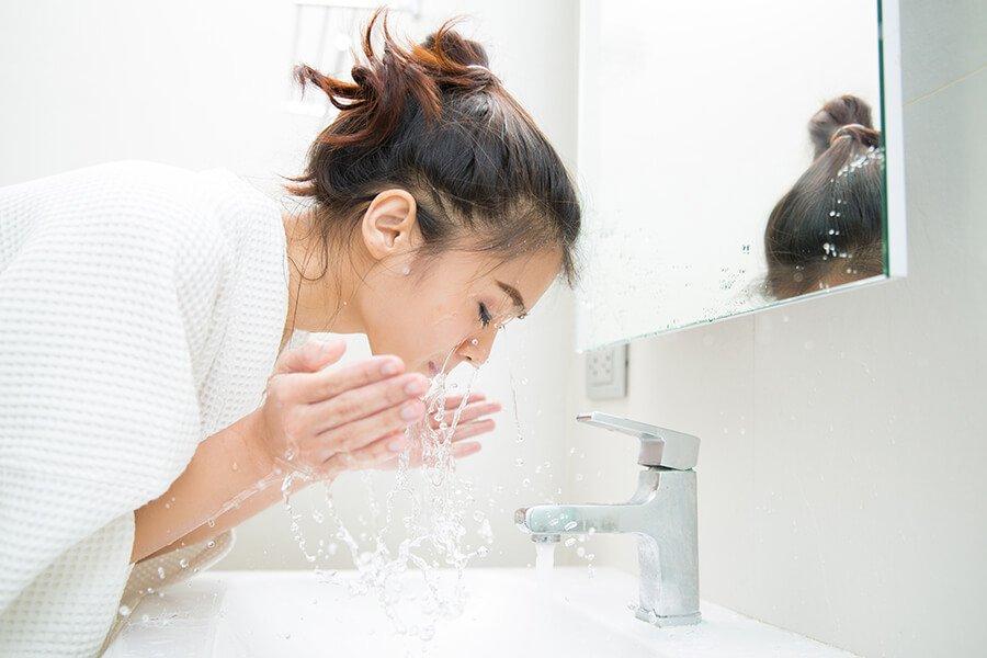Rửa mặt bằng nước sạch để loại bỏ bụi bẩn, bã nhờn và kích thích sản sinh tế bào da mới