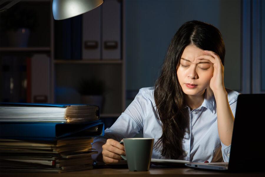 Stress và thường xuyên thức khuya là một nguyên nhân gây mụn ẩn