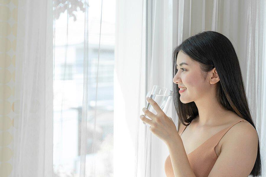 Uống đủ nước mỗi ngày rất tốt cho da và sức khỏe