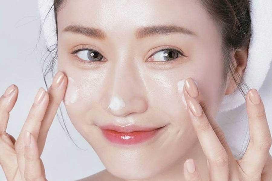 Dưỡng ẩm là bước không thể thiếu trong quy trình chăm sóc da mặt