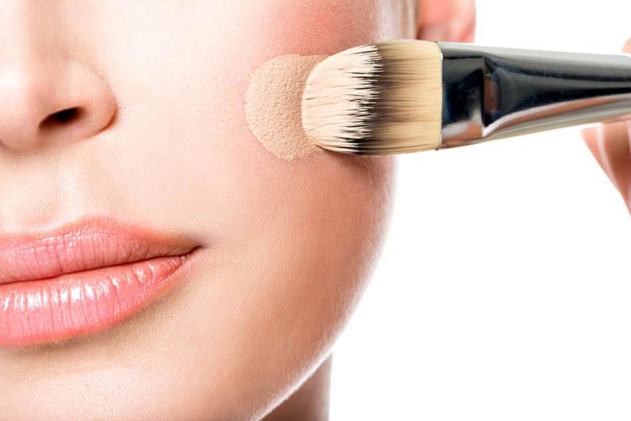 Làn da dầu mụn nên tránh sử dụng kem nền, kem lót gốc dầu