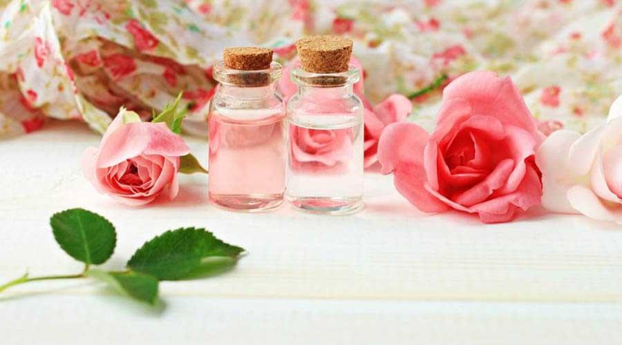Nước hoa hồng giúp cân bằng da, làm sáng và se khít lỗ chân lông
