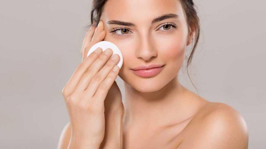 Sau mỗi lần trang điểm nên tẩy trang thật kỹ và làm sạch da mặt