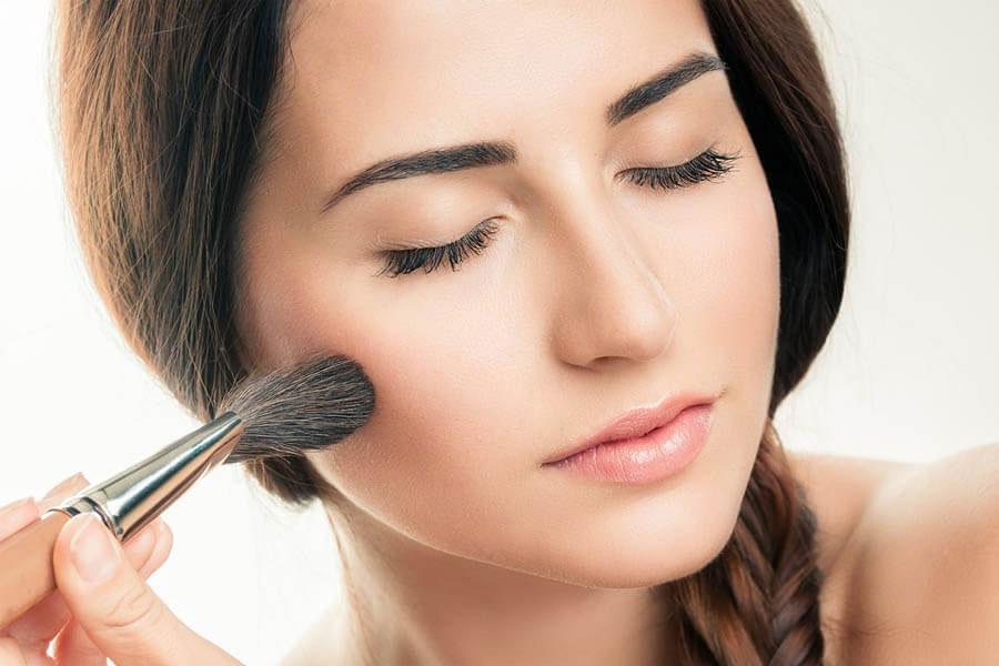 Sử dụng phấn phủ để kiềm dầu và cố định lớp makeup
