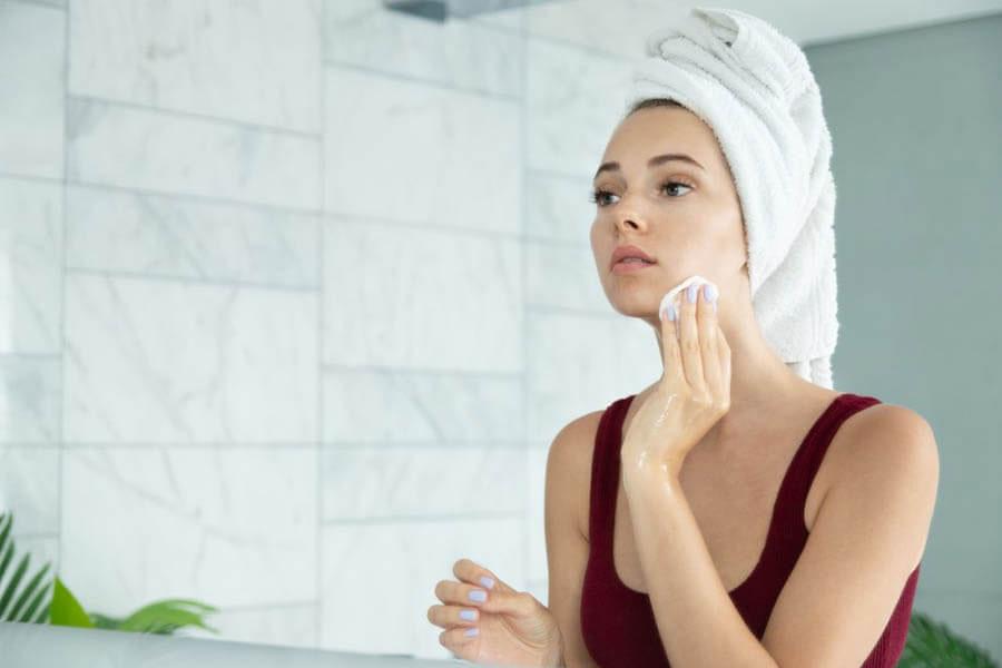 Tẩy trang và làm sạch cho da vào cuối ngày