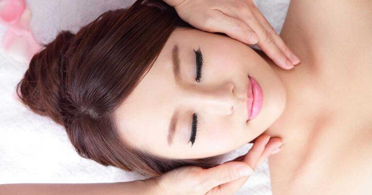 Lợi ích của việc massage chăm sóc da mặt với tinh dầu tự nhiên