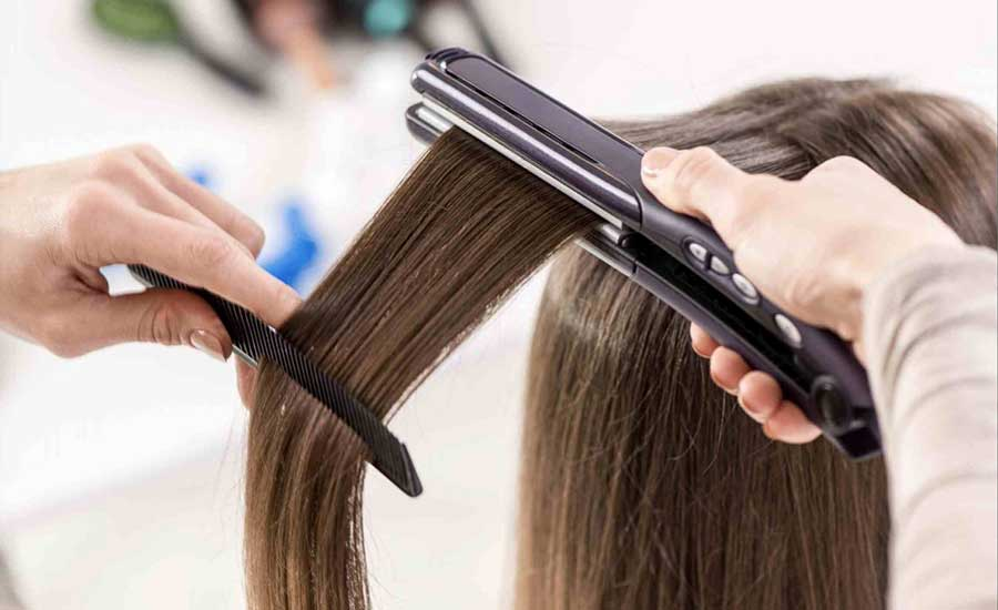 Hãy hạn chế tới mức tối đa việc tác động nhiệt lên tóc nhằm giảm tình trạng tóc chẻ ngọn