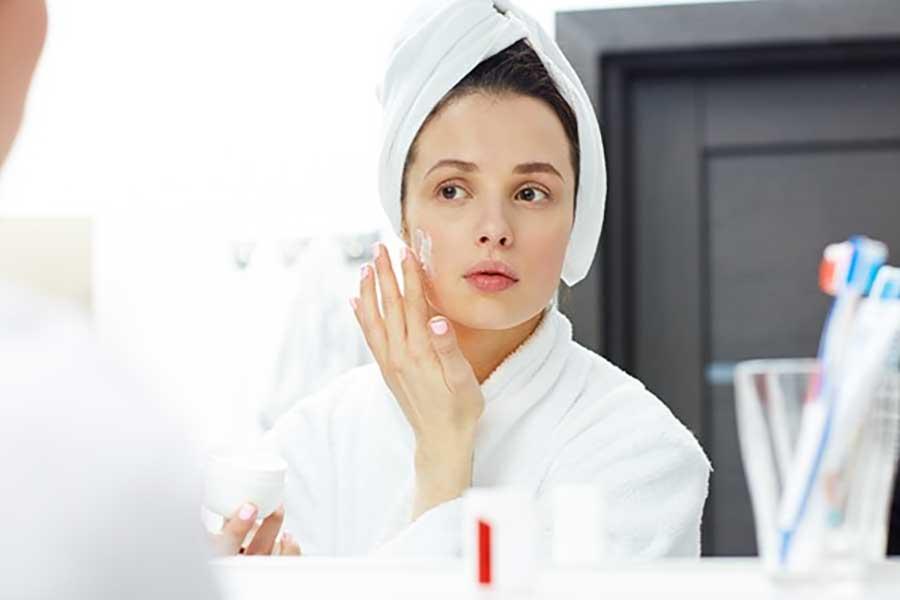 Massage nhẹ nhàng kem tẩy da chết trên mặt khoảng 30 giây sau đó rửa lại với nước sạch
