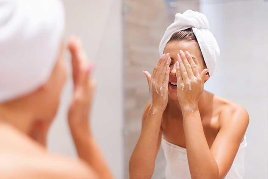 Vệ sinh kỹ da mặt với sữa rửa mặt chuyên dụng